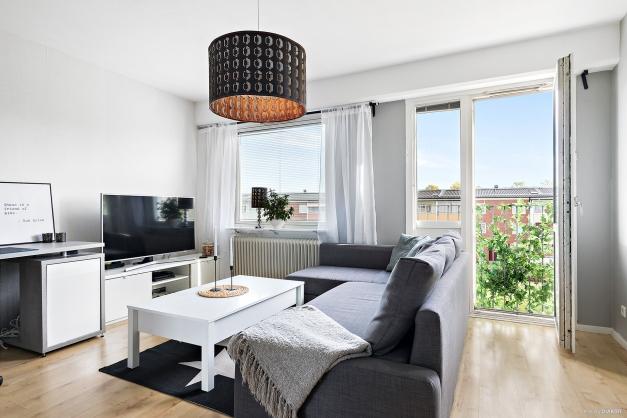 Trevligt rum med laminatgolv och fransk balkong.
