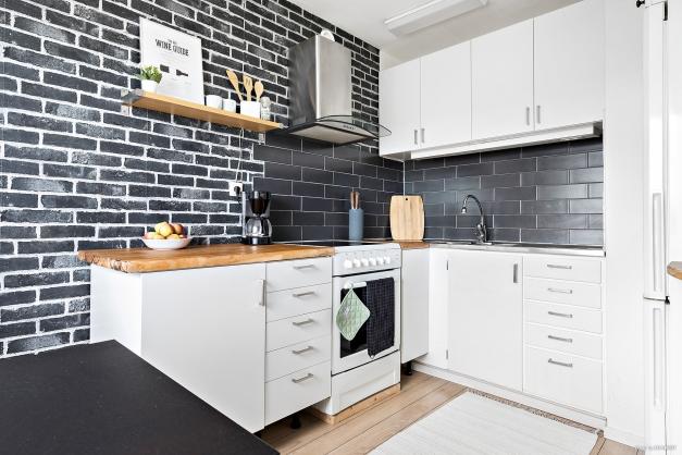Kaklat kök med bra arbetsytor. Här finns kyl, frys, spis. I köksdelen får det även plats med ett matbord.