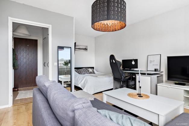 Rymligt rum med plats för säng, skrivbord, soffa med mera. Laminatgolv.