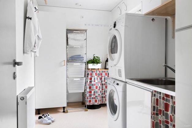 I köket når du tvättstugan med egen groventré