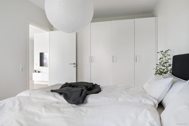 Hel garderobsvägg i det stora sovrummet