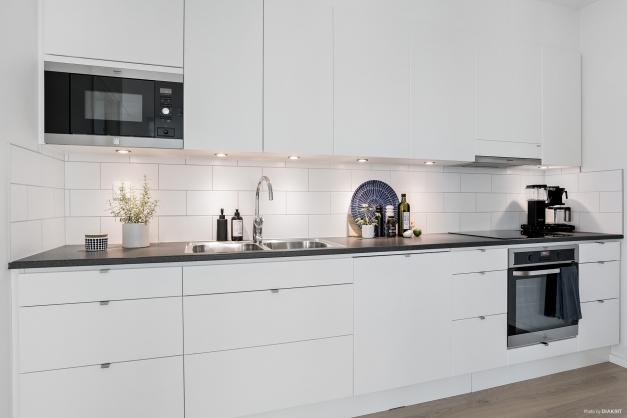 Stilrent kök med vita släta köksluckor