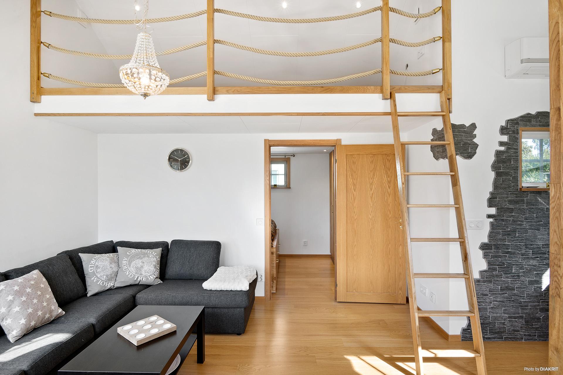 Vardagsrum mot sovrum och sovloft