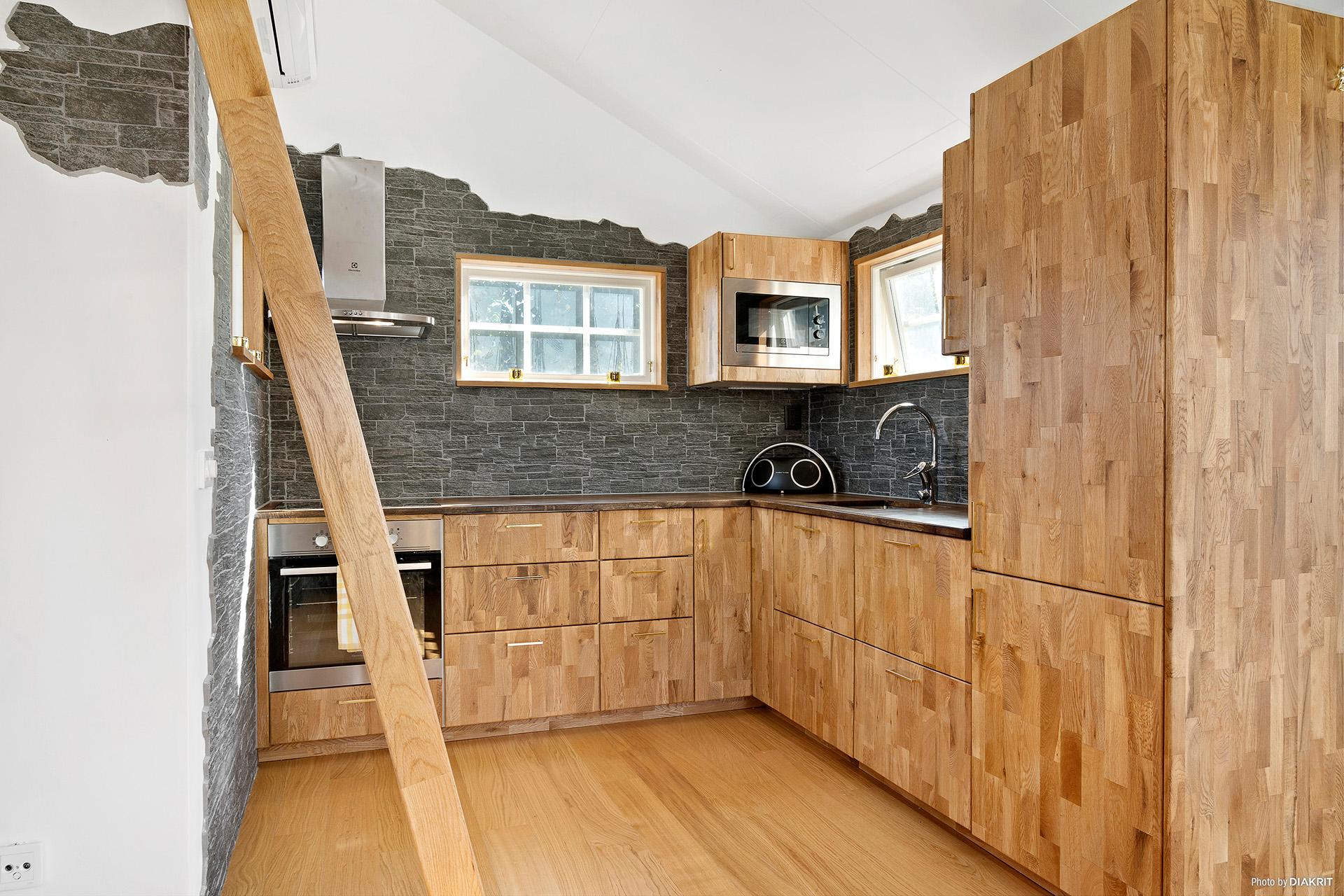 Kök med inbyggd kyl/frys & diskmaskin