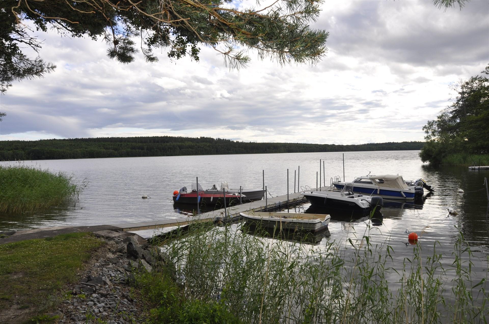 Båt- och badbryggan till höger