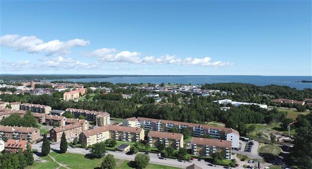 Områdesbild - husen på Bangatan i förgrunden och Vänern i bakgrunden. Lägenheten i huset längst till vänster