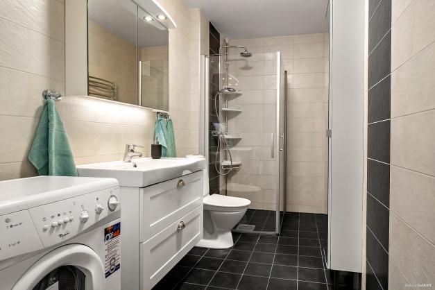 Nyrenoverat helkaklat badrum