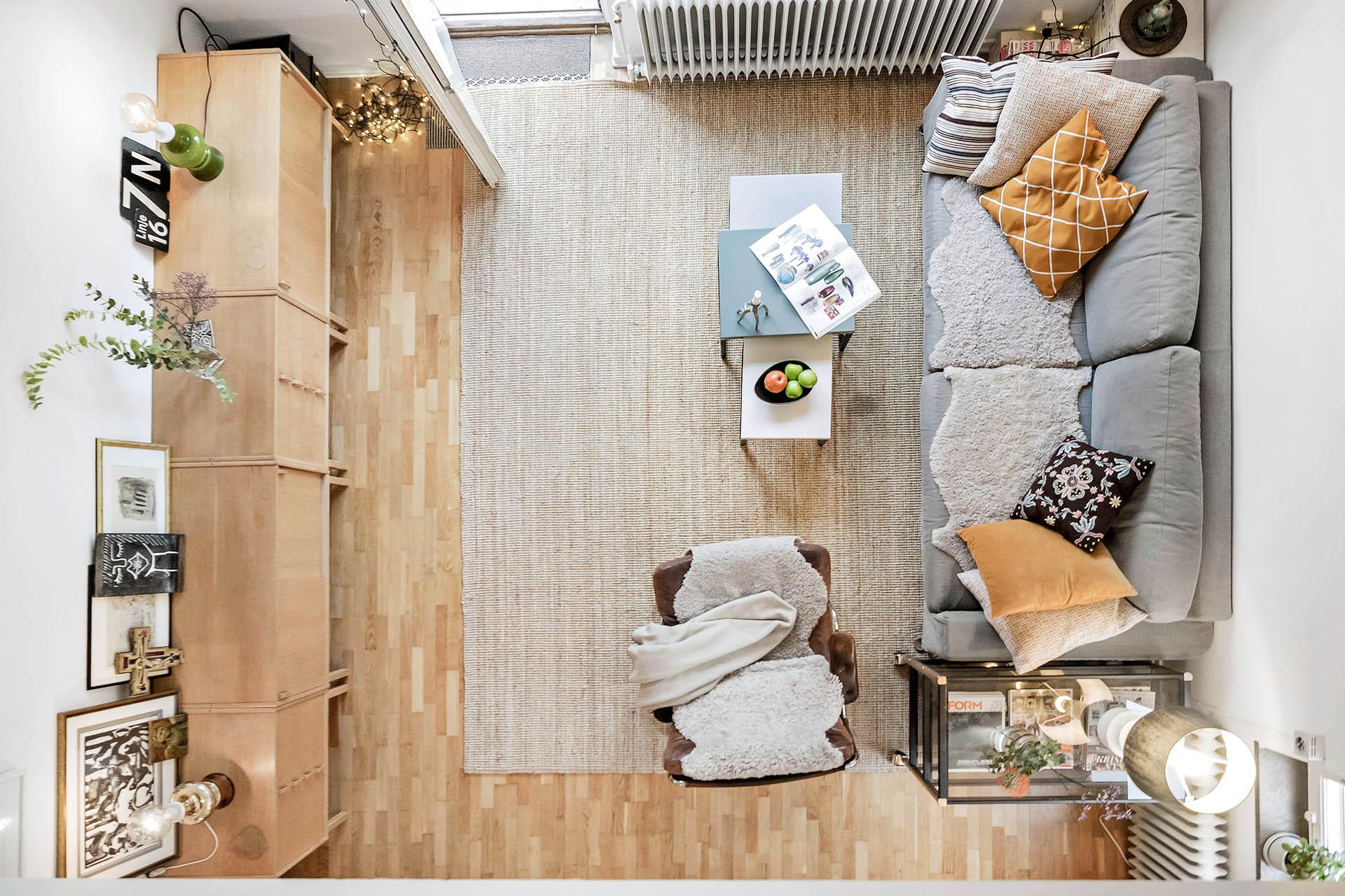 Häftig utsikt ner över entréplan från ovanvåningen!