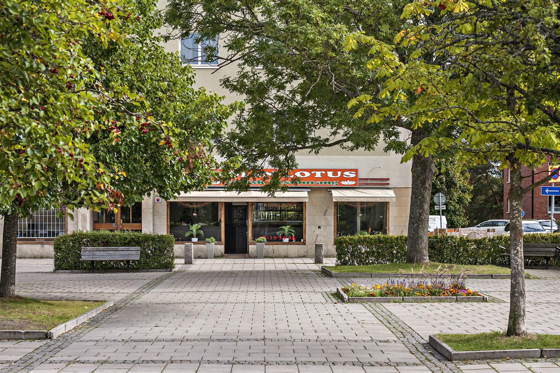 Torget i Hägerstensåsen med restaurangen Indian Lotus i bakgrunden