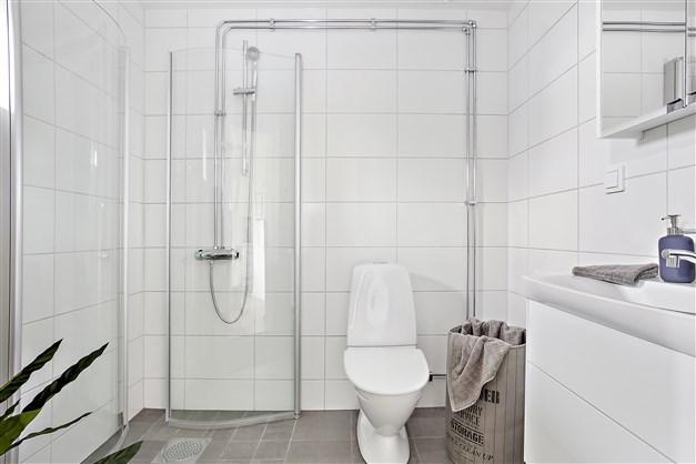 Badrummen är kaklade och golven är belagda med klinker och bekvämt utrustade med komfortgolvvärme samt ett möbelpaket från IFÖ och Ballingslöv.