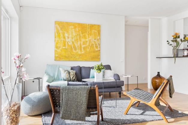 Vardagsrummet har ekparkettgolv och vitmålade väggar i Stockholmsvitt.