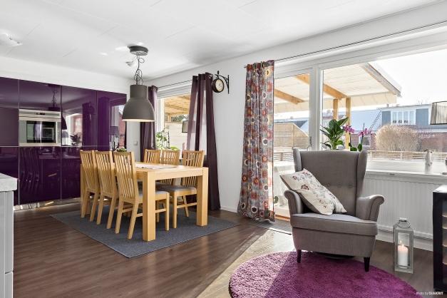 Kök med matplats i öppen planlösning med vardagsrum