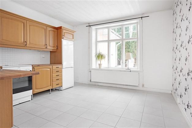 I köket finns stort fönsterparti och möjlighet att ha en större köksmöbel.