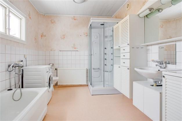 Stort badrum med plats för både badkar och duschkabin. Här finns även tvättmaskin.
