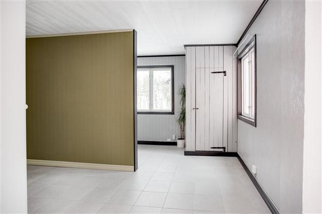 I hallen finns en större garderob. Här finns också en uppsatt vägg för att skapa ytterligare ett utrymme.
