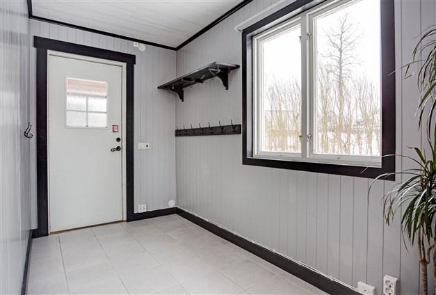 Välkommen in! Praktisk och rymlig hall med klinker med golvvärme samt gott om utrymme för ytterkläder, skor mm.