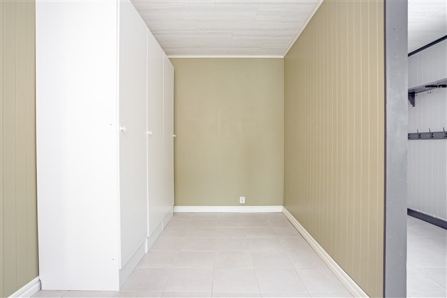 Hallen är avdelad och här kan skapas ytterligare ett rum, i nuläget finns några garderober här.