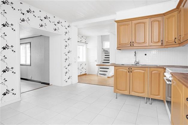 Från köket finns öppning mot hall och vardagsrum.