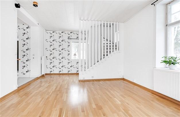 I vardagsrummet finns trapp till övervåning och källaren.