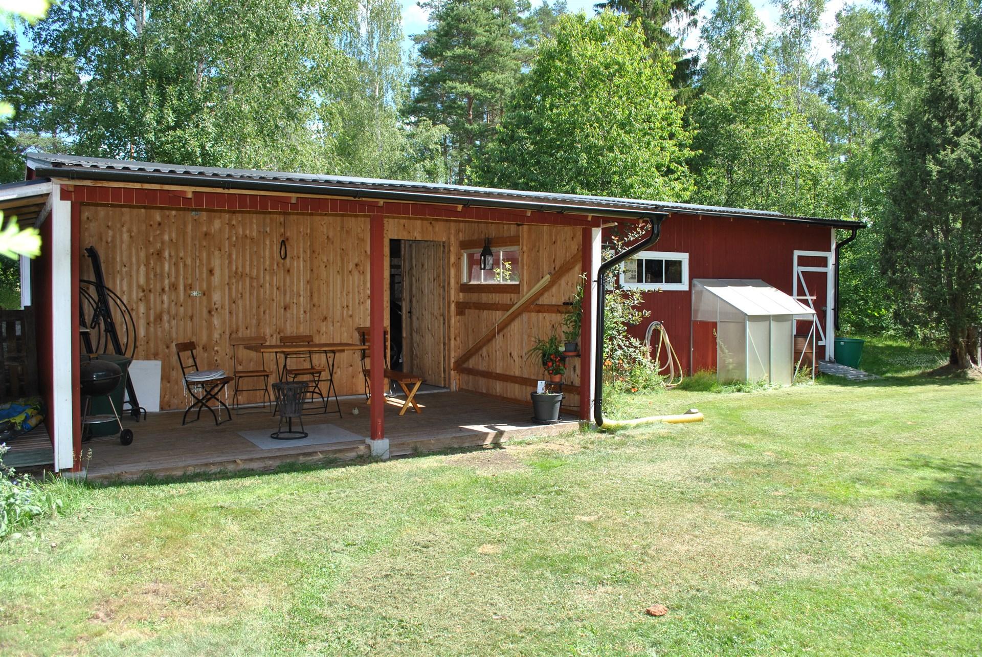 Altan på baksidan av garaget