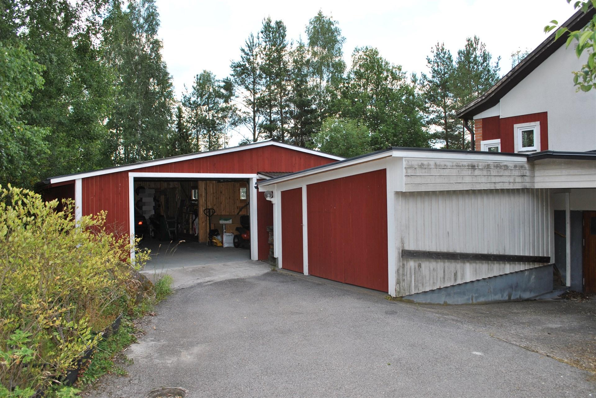 Nybbyggt stort garage och förråd