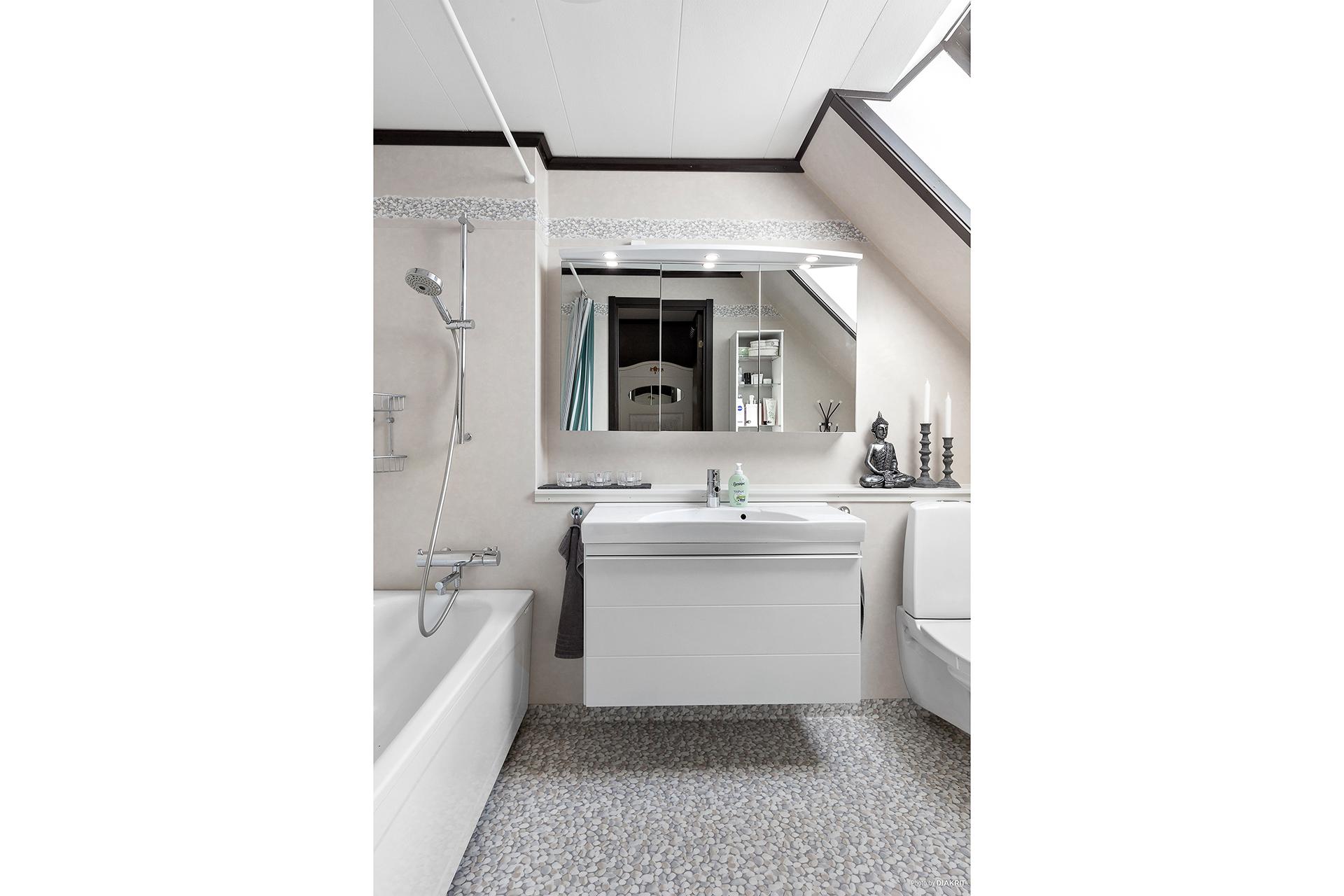 Ljust och fint badrum, övre plan