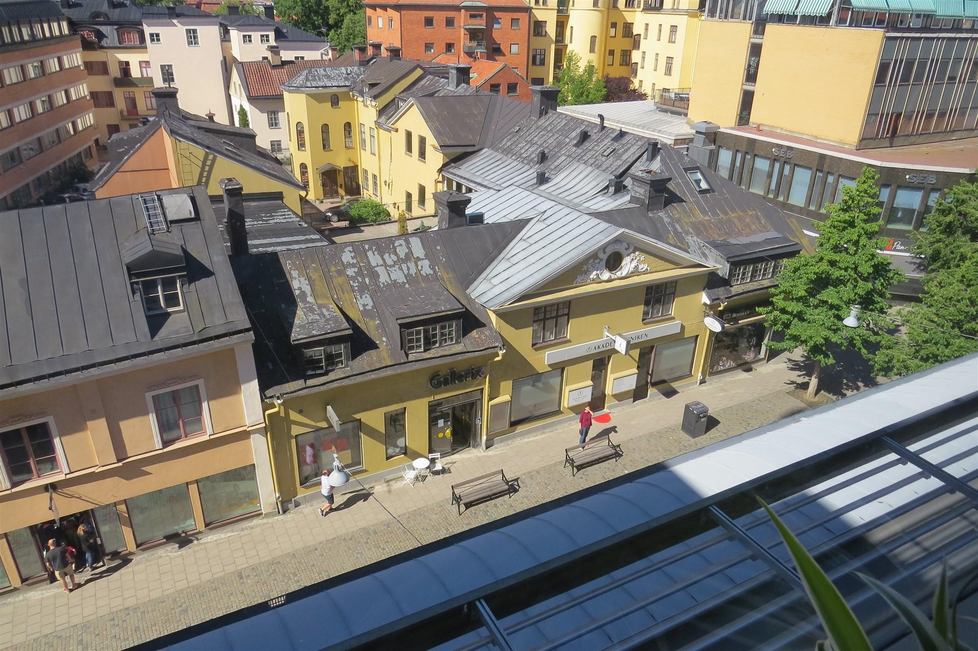 Utsikt över takåsarna samt gågatan