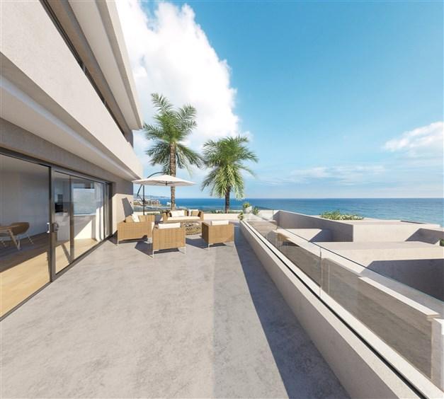 Illustrationsbild - Stor terrass med havsutsikt
