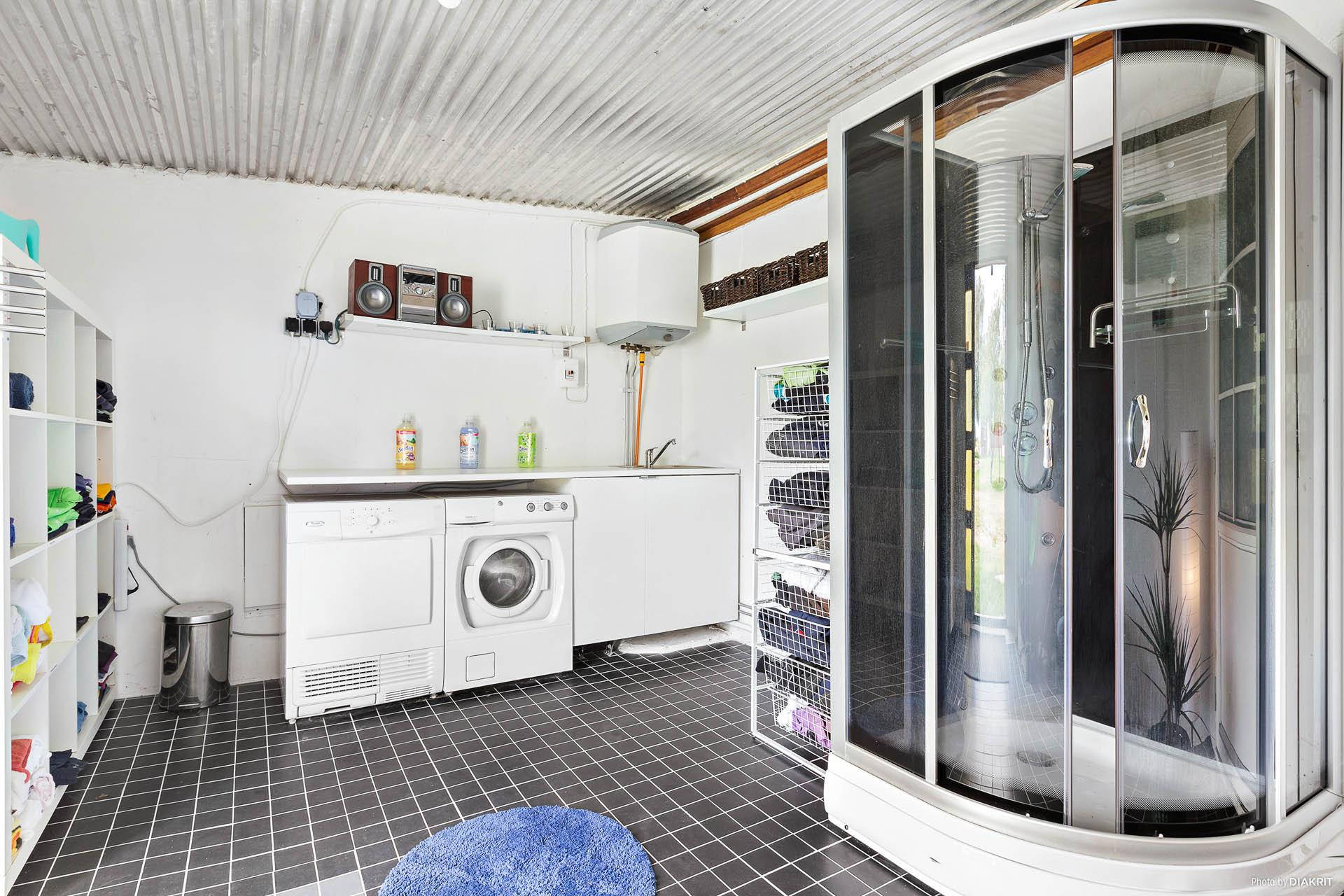 Tvättstuga/dusch i ladugårdens tidigare mjölkrum.