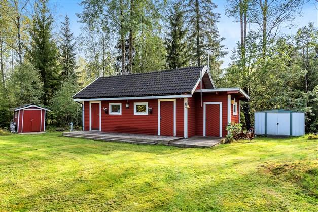 Hus 2 med altan samt ingång till sovrum/allrum med förråd. Badrum med förråd samt torrwc