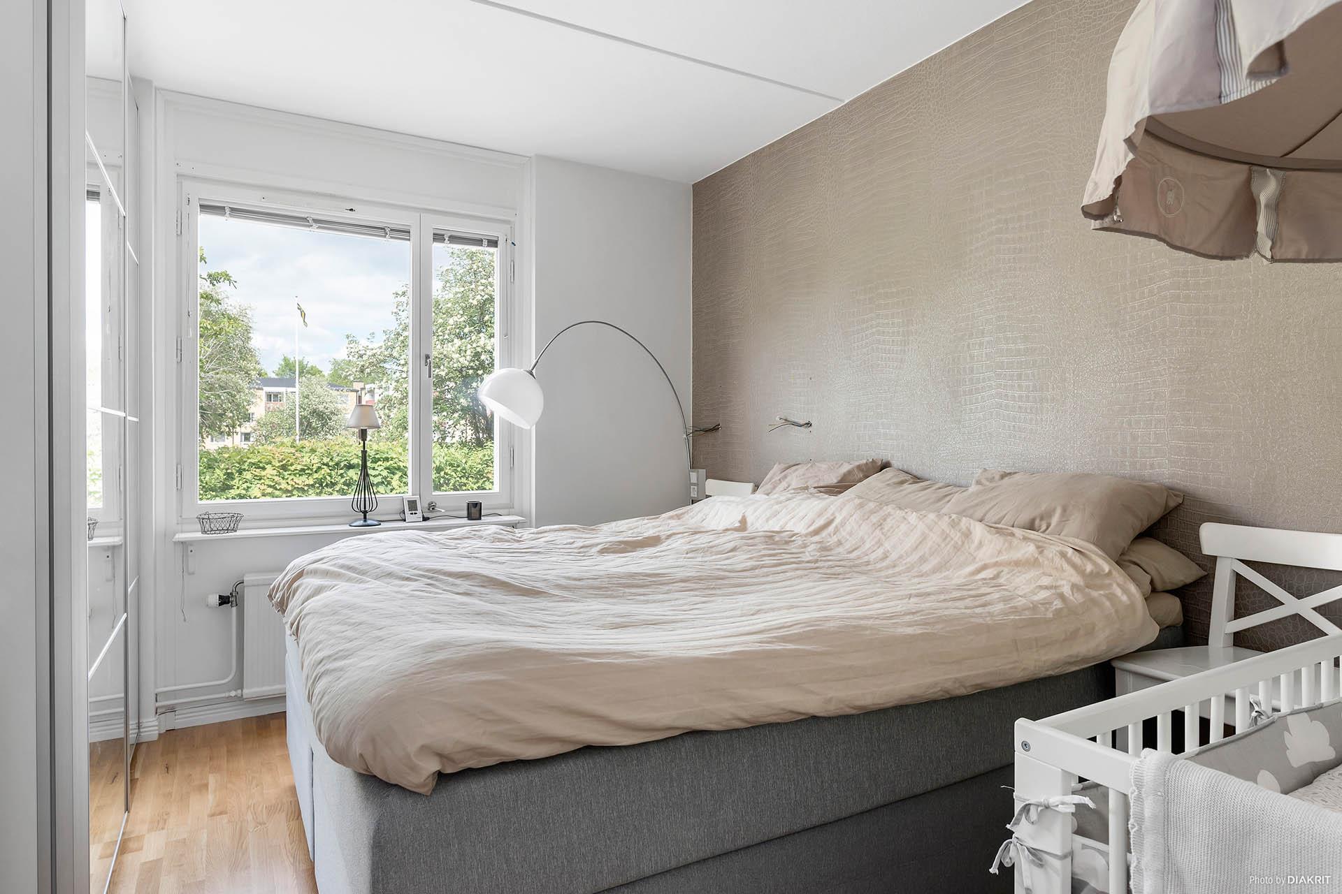 Sovrum med stor garderob