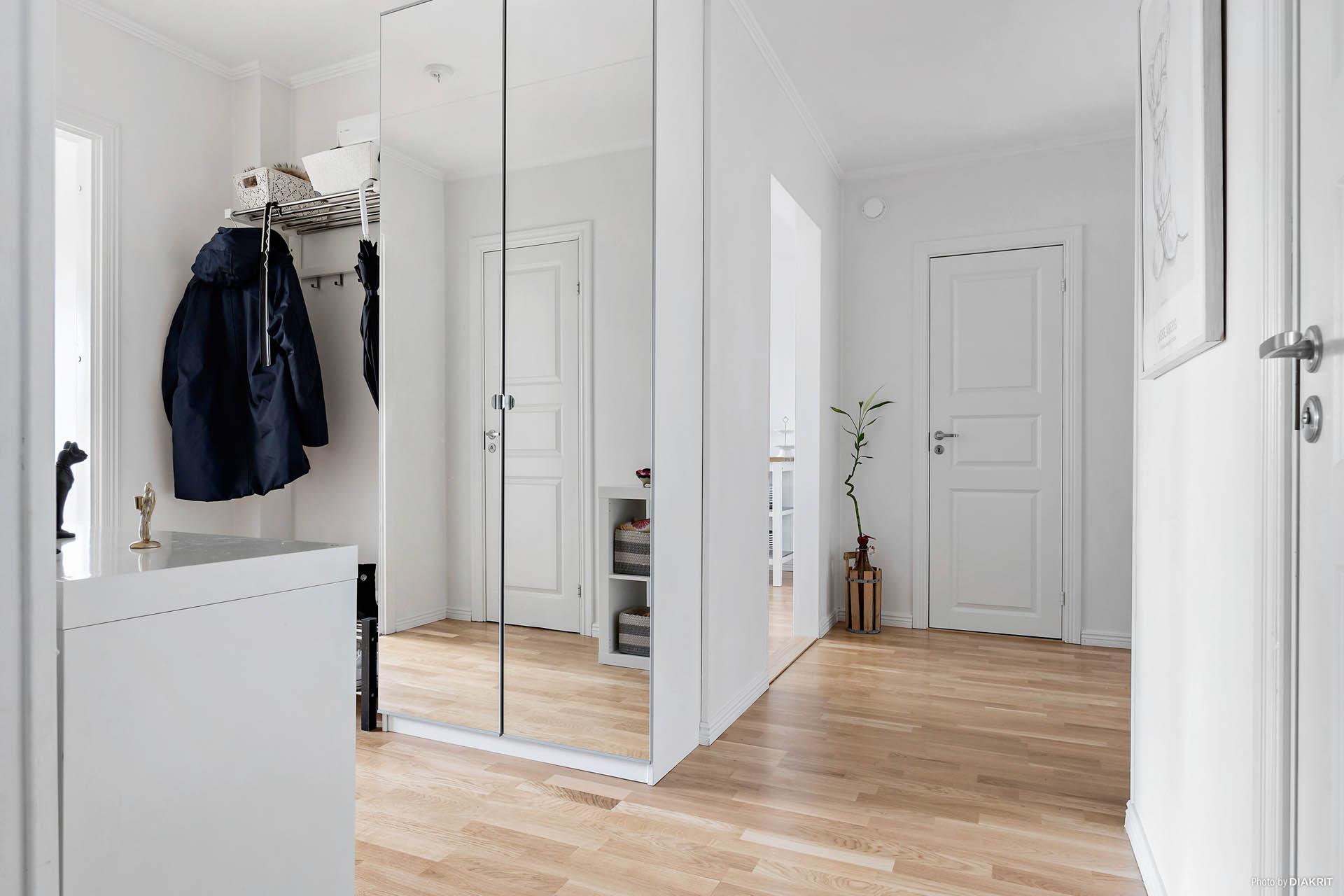 Luftig hall med både garderob och klädkammare