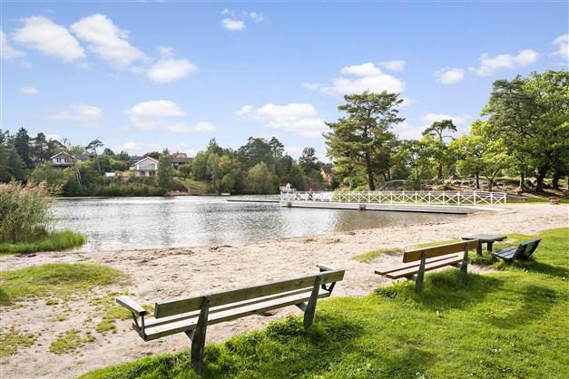 Strandbadet vid Långsjön på kortare gångavstånd