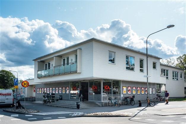 En mycket välsorterad ICA-butik ligger på kortare gångavstånd