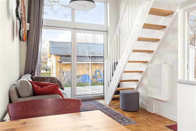 Del av vardagsrummet med trappan upp till sovloftet