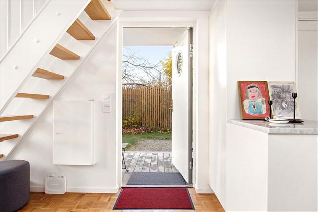 Entrédörren under trappen