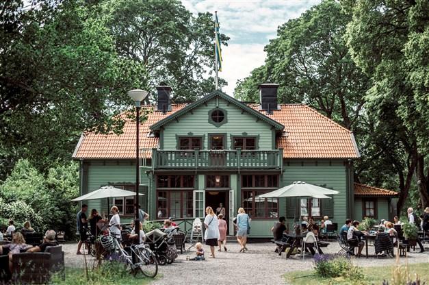 I området ligger Herrängens gård med café och restaurang