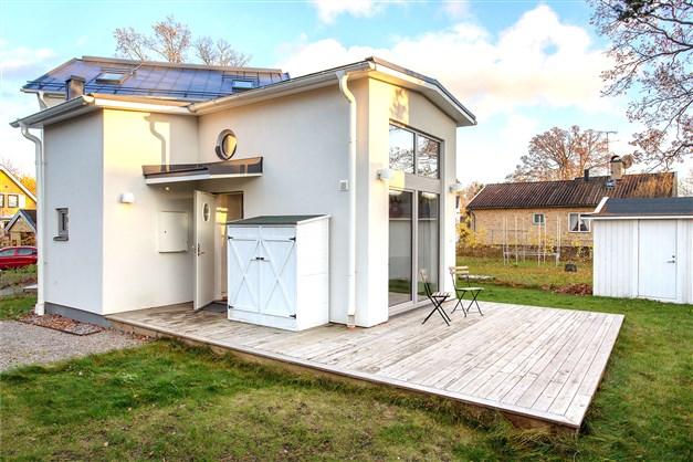 """""""Egen"""" minivilla med stor uteplats och liten trädgård"""