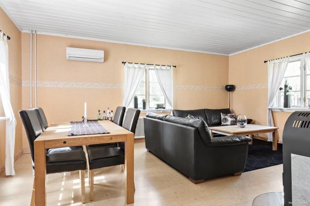 Vardagsrum med kamin - Entréplan