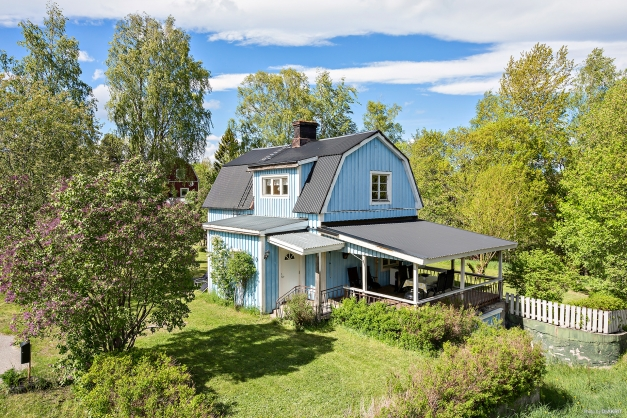 Trivsam villa i tre plan med terrass under tak