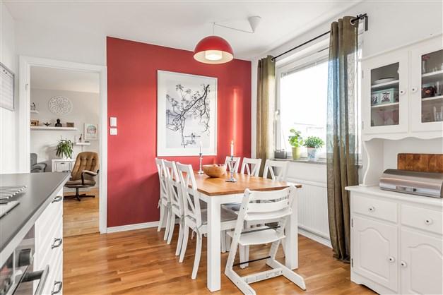 Trivsam matplats där bordet även kan stå ut från fönstret