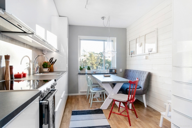 Kök med härlig matplats vid fönstret