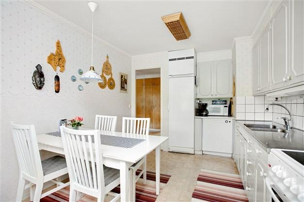 I köket har man plats med mindre matmöbel.