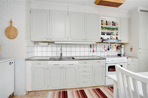 Ljust kök med originalstommar med nyare luckor.