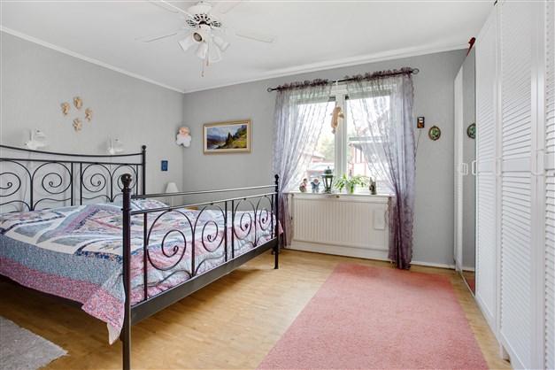 Sovrum 1 med 5 garderober.