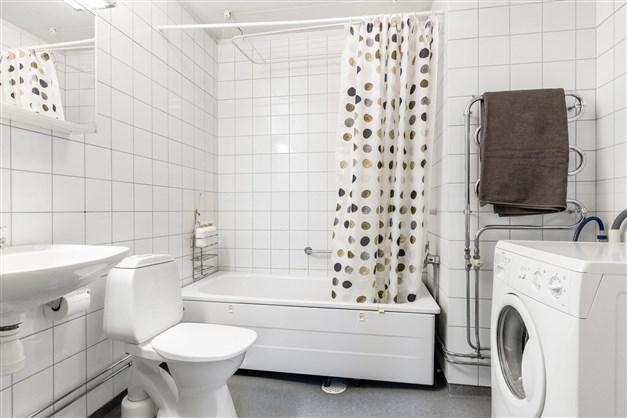Badrum med tvättmaskin
