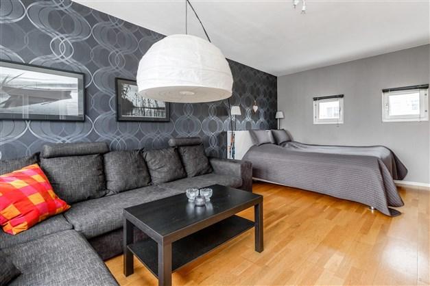 Stort rum som går att dela av för att göra om lägenheten till en tvåa