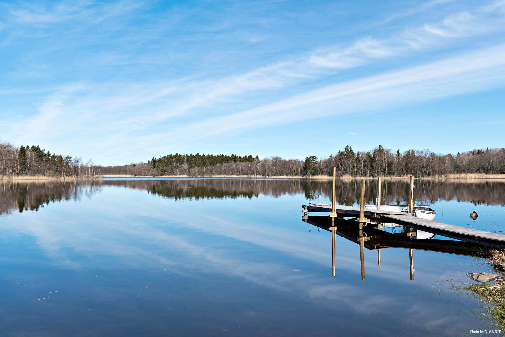 Grytsjön ligger spegelblank
