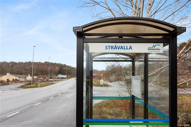 Busshållplatsen mot antingen Kungsbacka/Göteborg eller Varberg.