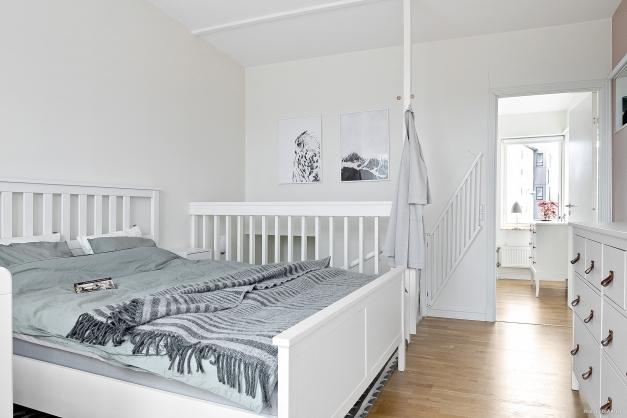 En trappa upp finner du sovrum/allrum.
